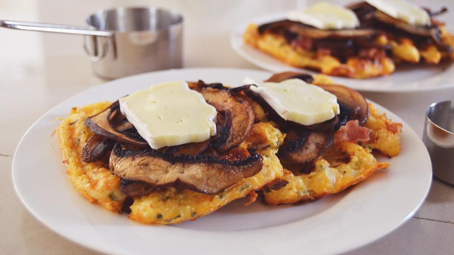 Low carb a keto květákovo sýrové vafle s žampiónovými chipsy a slaninou