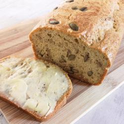 Low carb a keto sezamový chleba
