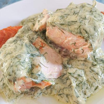 Low carb a keto grilovaný losos s koprovou omáčkou