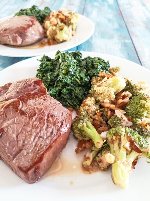 Low carb a keto steak s brokolicí a ořechy