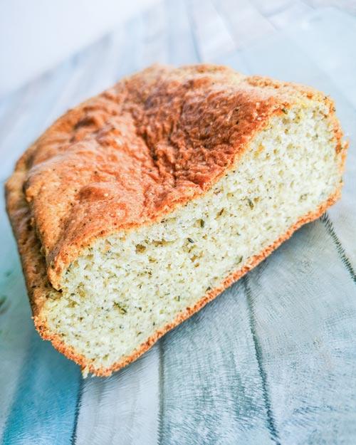 Low carb a keto mandlovo konopný chleba