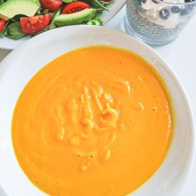 Low carb a keto dýňová krémová polévka