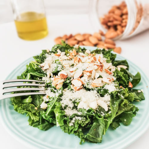 Low carb a keto jednoduchý zelený salát s parmezánem