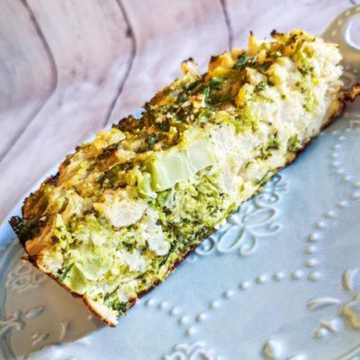 Low carb a keto brokolicovo-květákový nákyp s jarní cibulkou