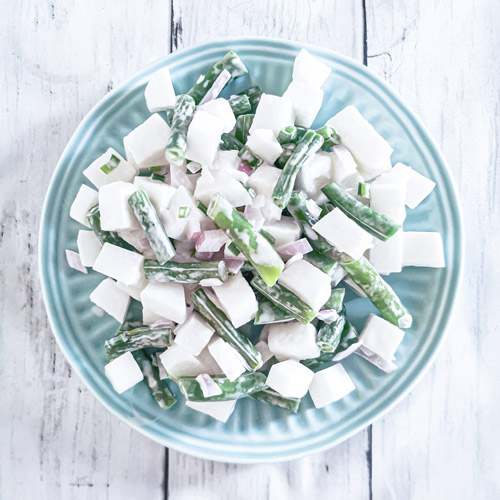 Low carb a keto salát z bílé ředkve a zelených fazolek